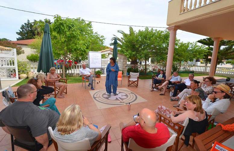"""Seminar unter griechischer Sonne im Garten unseres Hotels """"Corali""""."""